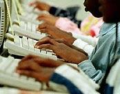 Personas escribiendo en el ordenador