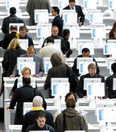 Grupo de personas trabajando ante los ordenadores