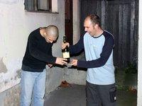 Živan se leši od to malo šampanjca, dok se Beat zadovoljno smeje
