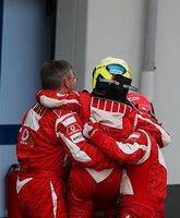 Bela strelica je jasna asocijacija - tangasti članovi Ferrari tima.