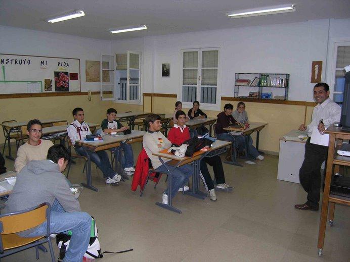 José García introduce al grupo el difícil idioma alemán