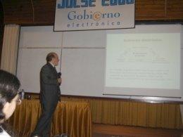 El Ing Medici iniciando el primer tema de la Jornada