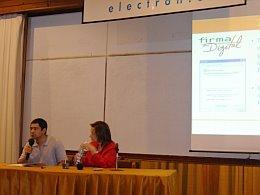 El Ing. Hernández explicando sobre el desarrollo del equipo para voto electrónico durante la presentanción de la Lic. Rodríguez