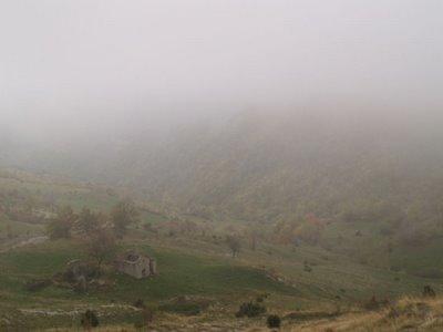 Fitta nebbia sopra i ruderi dei Lavacchi di sopra