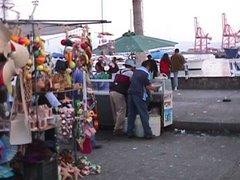 Visitantes nacionales y extranjeros comprando recuerdos.