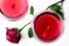 Un romantico aperitivo a base di vinello rosato, profumato e frizzantino