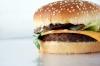 Un ricco hamburger con carne, formaggio fresco e insalatina