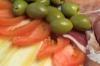 Uno stuzzicante buffet con pomodori, olive, formaggio e salumi