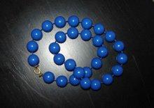 Blått plastkul-halsband