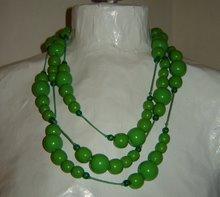 Grönt träkulshalsband