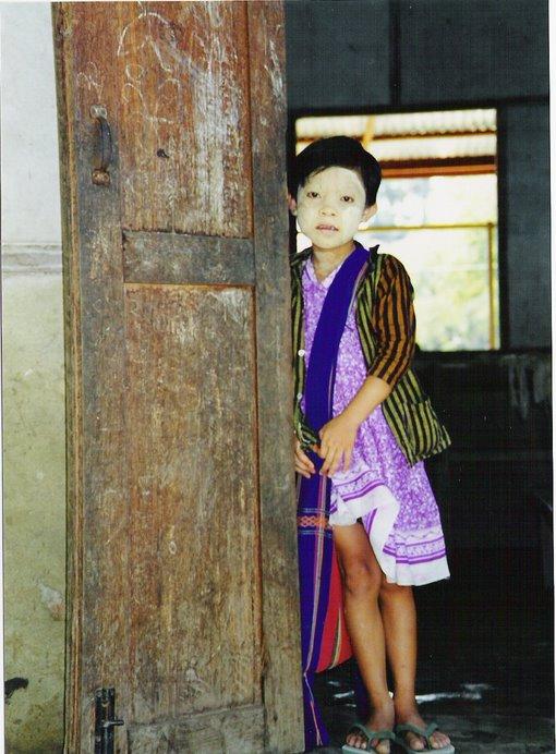 Rostros de otras culturas nos observan curiosos desde el quicio de una puerta.