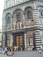 Baptisterio de S. Juan, catedral de Florencia. Las columnas de pórfido, traídas de Mallorca como botín de guerra en 1115, a ambos lados de la fachada, reforzadas con abrazaderas de hierro por los daños sufridos tras incendios e inundaciones