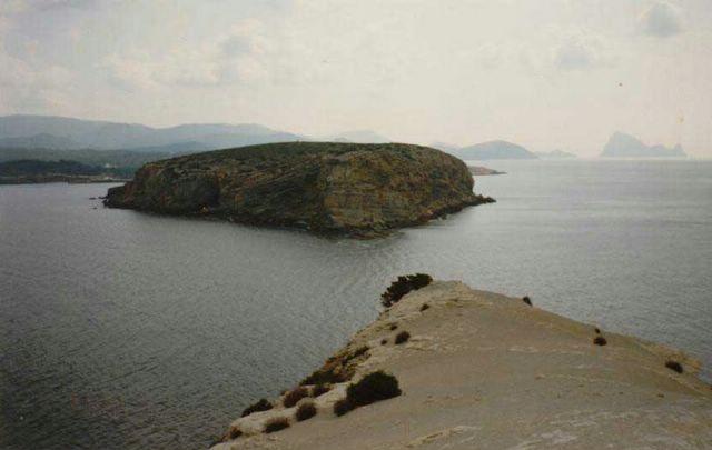 las islas de Bosc, en primer término, y es Vedrà al fondo