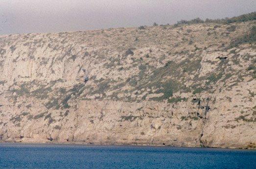 Vista desde el mar de 'sa Cova d'es Fum' en los acantilados de La Mola (Formentera)
