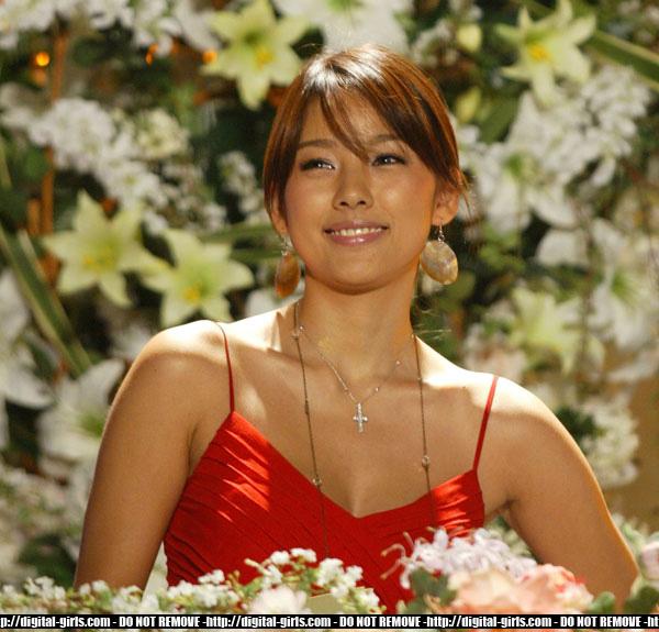 http://photos1.blogger.com/hello/97/2875/1024/hyori%20red2.jpg