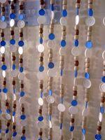 Uma cortina feita com tampinhas dos frascos de remédios e embalagens de seringas