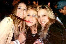 Tres ingenuas jovencitas en plena desinhibición alcohólica