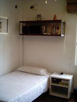 Mi cama, y en la cabeza un estante del Apocalipsis burdeos!!