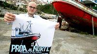 El director Óscar Fernández con un cartel de Proa al Norte, en Lastres. ® Perri Moment.