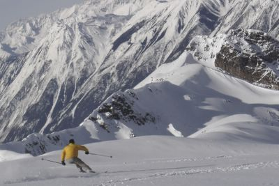 Powder Skiing on the Vertebrae Glacier after 3 weeks of drought