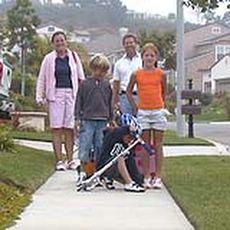Jenny, Mark, Helena, Benjamin, Sterling en de hond loopt ergens achterop