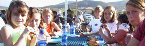 aan tafel onder het lunch-afdakje op de speelplaats