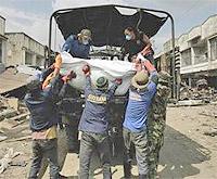 para relawan mengangkat para jenazah tanpa kenal lelah