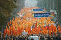 One of the many columns of pro democracy demonstrators in Kyiv October 23, 2004