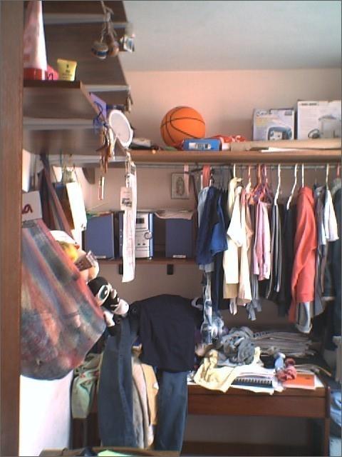 escritorio con ropa encima