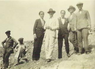 Manuel Altolaguirre (3º por la izquierda), Luis Cernuda (5º) y José María Hinojosa (7º) en el Pantano del Chorro (1928)