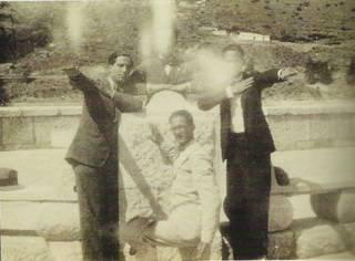 José María Hinojosa, Manuel Altolaguirre (detrás, casi oculto) y Luis Cernuda en el Pantano del Chorro (1928)