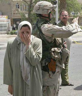 Iraq: donna piangente e militare