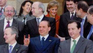 Berlusconi fa le corna