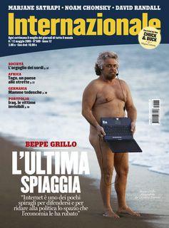 Beppe Grillo nudo sulla spiaggia
