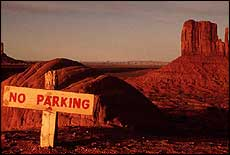 cartello NO PARKING nel deserto