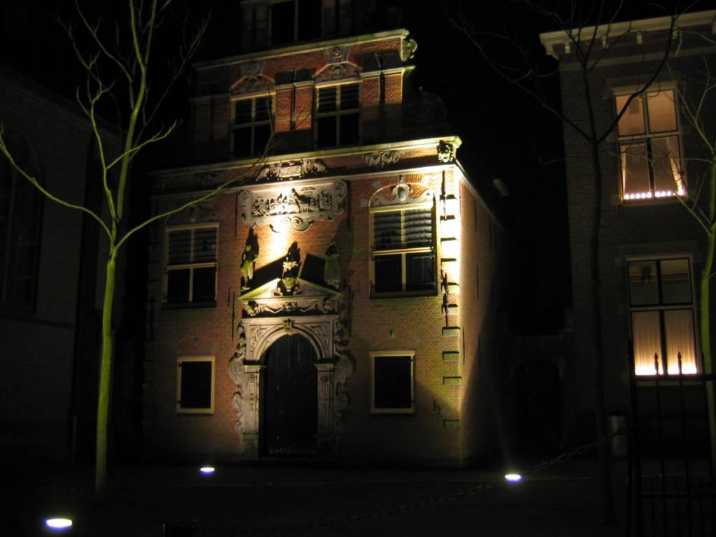 Enkhuizen westerstraat het weeshuis by avond