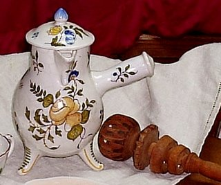chocolate pot with sparrow-billed spout and bulbous body, displayed with a molenillo: in this case, the molenillo is used without having a hole in the lid