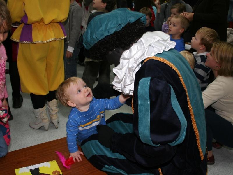 kind zit op stoel