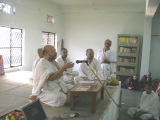Pt. Malagi Achar giving his pravachana on