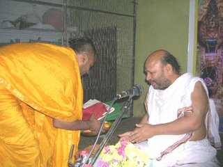 Pt Jayatheerthachar honoring Pt. Malagi Achar after the pravachana
