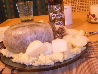 Haggis in tavola, con birra tradizionale all'erica in nello sfondo