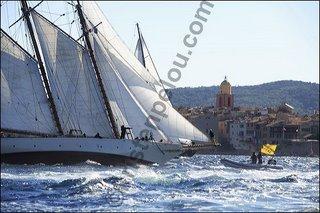 Photographe de mer, voile, photo de voile, les voiles de Saint Tropez, Mariette passe la ligne d'arrivée par 25 noeuds de mistral