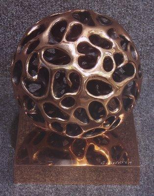 Scultura in bronzo a cera persa di Gianfranco Meggiato del 2006 intitolata sfera senza sfera 1/9