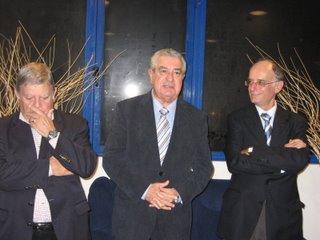 O autor do livro 'Matateu - A Oitava Maravilha', Fernando Correia, ladeado por Homero Serpa e por Cabral Ferreira, Presidente da Direcção do Belenenses