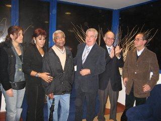 Fernando Correia e Argentina ladeiam Vicente Lucas, alvo de forte aplauso. à direita, Cabral Ferreira e José Borges Marques, editor da Sete Caminhos