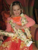El checks out the presents