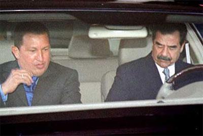 Saddam Hussein (t.h.), Irak, bjuder sin gode vän Hugo Chavez, Venezuela, på en bilutflykt under den senares besök i Bagdad i augusti år 2000. Foto: Reuters/Scanpix