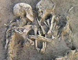 Un amor prehistórico: murieron hace 6 mil años, pero siguen abrazados