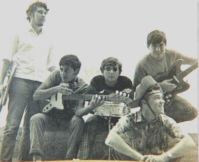 Flávio Leite (guitarra solo), Antolin Carvajo (baixo), Luís Felipe Oliveira (bateria) e Mutuca; a frente Carlinhos Falcetta (guitarra base)