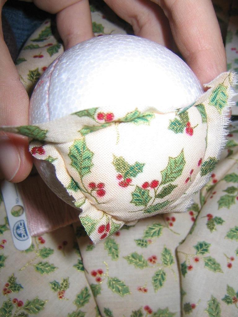 Chez luckie pas pas d corer une boule en polystyr ne fa on patchwork - Decorer boules de noel polystyrene ...